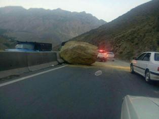 سقوط سنگ بزرگ در جاده هراز